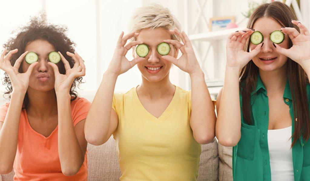 Drei Frauen mit Gurke für Mesolyse